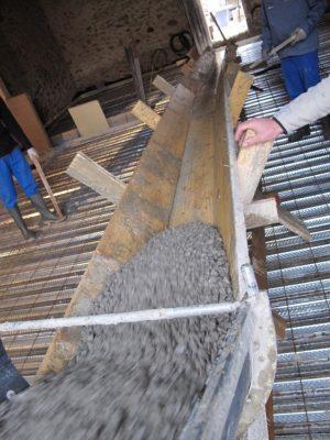 coulage de béton en intérieur à l'aide d'un toboggan